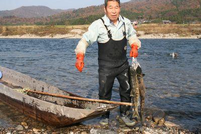 荒川の鮭の漁師さん.jpg