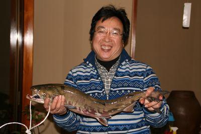 釣った鮭と黒木さん.jpg