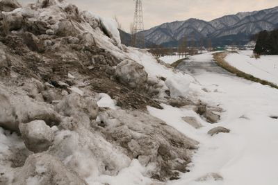 荒川の堤防の雪山.jpg