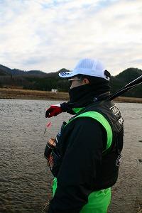 白い帽子の釣り師.jpg